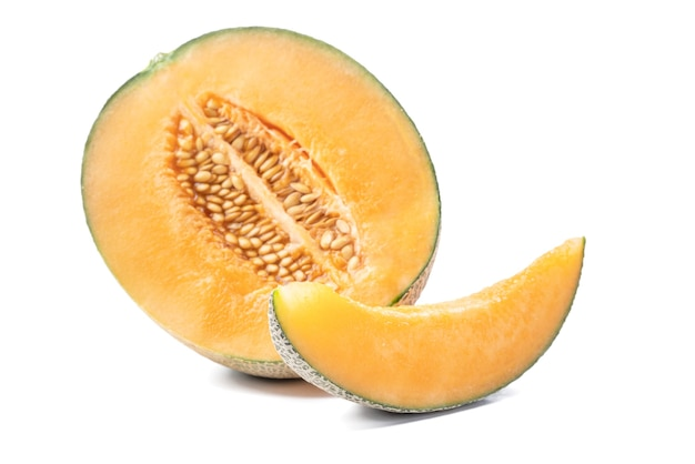 Nahaufnahme der schönen leckeren geschnittenen saftigen melone, warzenmelone, steinmelone lokalisiert auf weißem hintergrund.