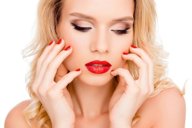 Nahaufnahme der schönheit junge luxusfrau mit hellem make-up, das gesicht berührt