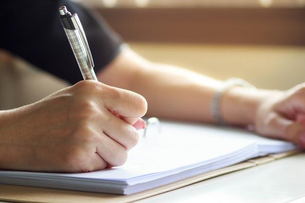 Nahaufnahme der schreibenshände der geschäftsfrau