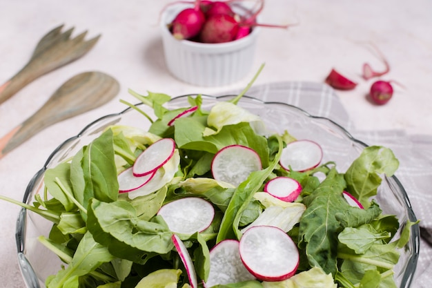 Nahaufnahme der schüssel salats mit rettich