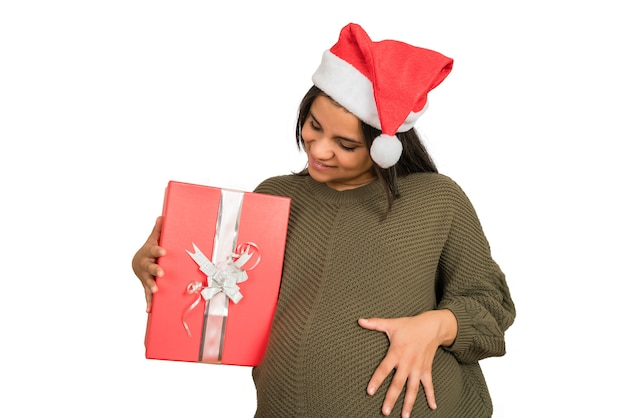 Nahaufnahme der schwangeren frau, die eine weihnachtsgeschenkbox hält