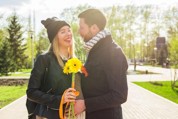 Nahaufnahme der schwangeren frau mit ehemann im freien