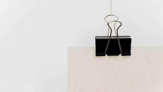 Nahaufnahme der schwarzen büroklammer mit kopienraum