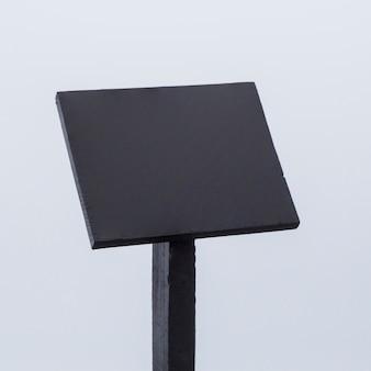 Nahaufnahme der schwarzen leeren informationstafel