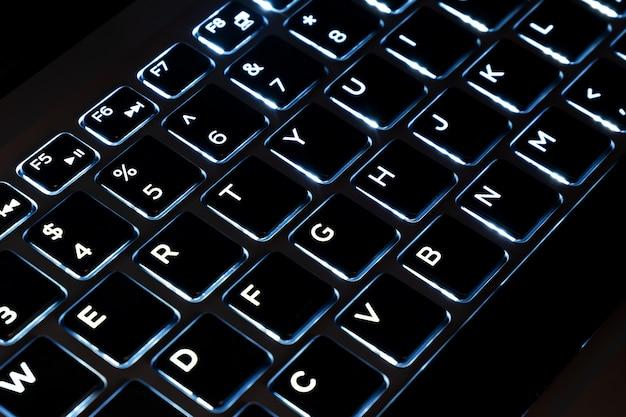 Nahaufnahme der schwarzen tastatur eines modernen laptops, beleuchteter tastaturtastencomputer