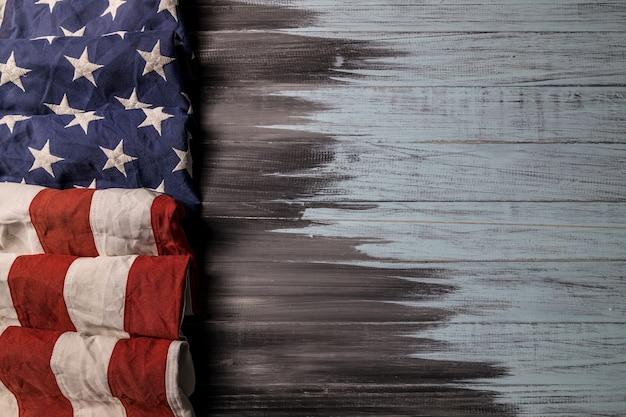 Nahaufnahme der schwenkenden amerikanischen flagge der usa auf holzhintergrund mit kopienraum für text.