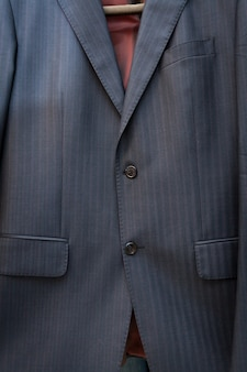 Nahaufnahme der seidenblauen jacke mit streifen