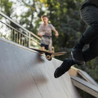 Nahaufnahme der skatboarding beine