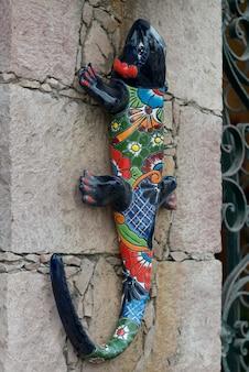 Nahaufnahme der skulptur der eidechse auf wand, san agustin, dolores hidalgo, guanajuato, mexiko