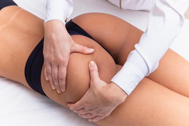 Nahaufnahme der styling-massage am hintern. gesunder hintern hautnah