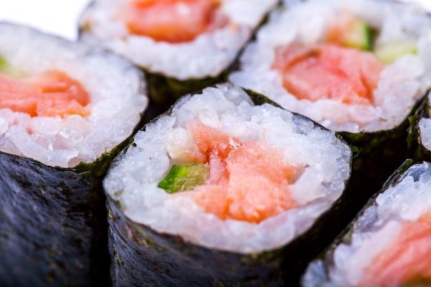 Nahaufnahme der sushi-rolle mit lachs