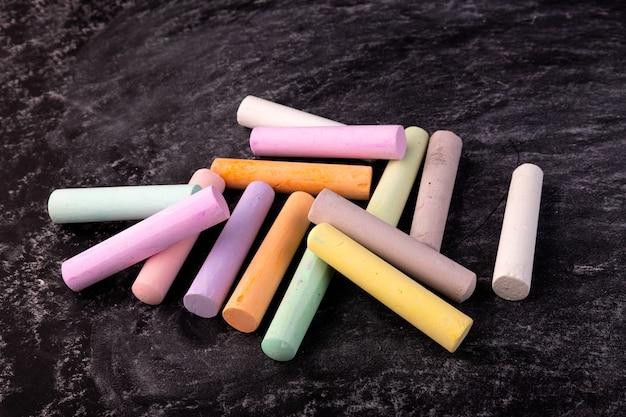 Nahaufnahme der tafel mit stücken von farbigen buntstiften
