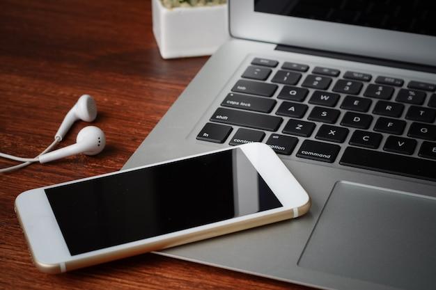 Nahaufnahme der tastatur und des telefons mit schwarzem bildschirm