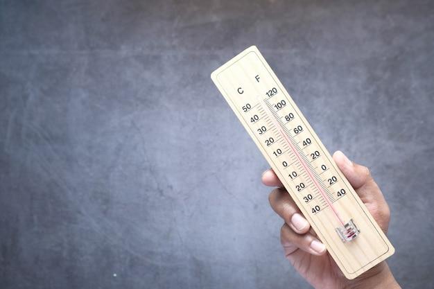 Nahaufnahme der temperaturmesswerkzeuge auf dem tisch.