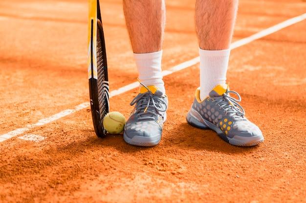 Nahaufnahme der tennisspieler schuhe