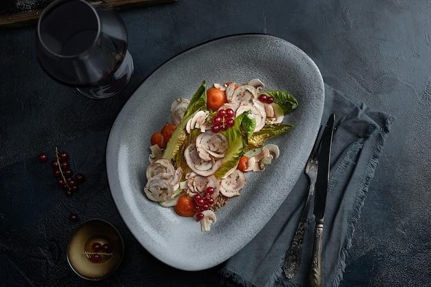 Nahaufnahme der traditionellen italienischen küche vitello tonnato