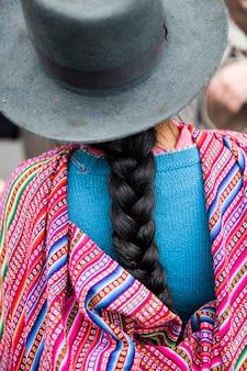 Nahaufnahme der traditionellen peruanischen weiblichen zopffrisur in lima, peru