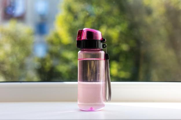 Nahaufnahme der transparenten wasserflasche für kinder.