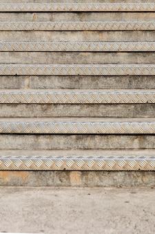 Nahaufnahme der treppe mit strukturiertem metallkantenhintergrund