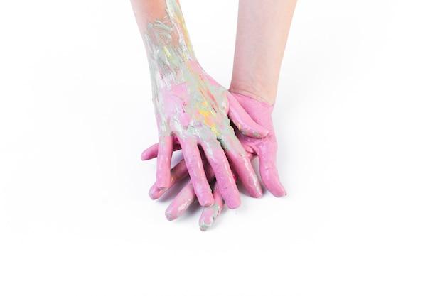 Nahaufnahme der unordentlichen hände einer person mit farbe