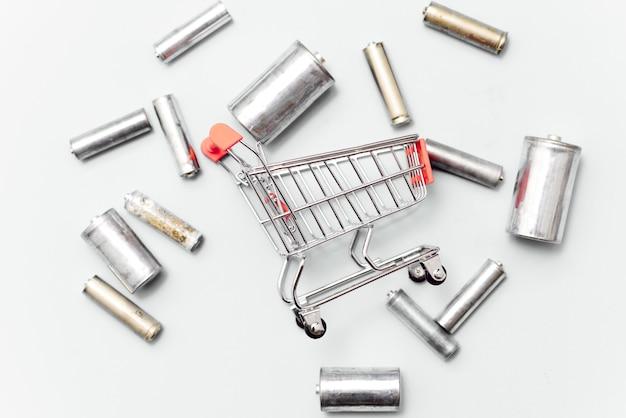 Nahaufnahme der verbrauchten wiederaufladbaren nickel-metallhydrid (ni-mh) -batterie auf grauem hintergrund, flache lage