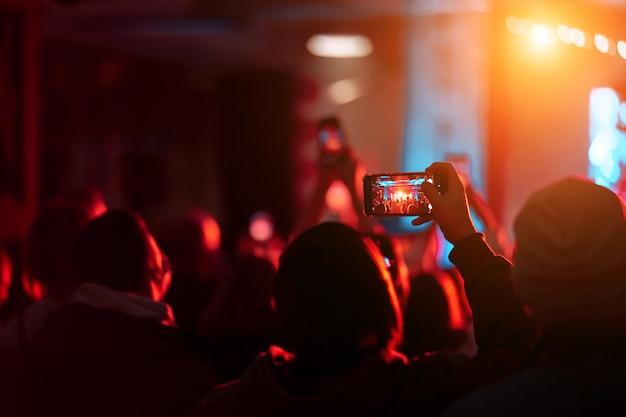 Nahaufnahme der videoaufnahme mit smartphone während eines konzerts.
