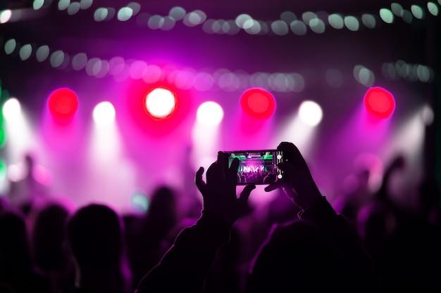 Nahaufnahme der videoaufnahme mit smartphone während eines konzerts
