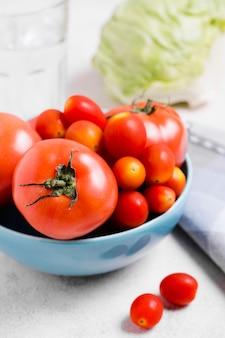Nahaufnahme der vielzahl der tomaten in der schüssel
