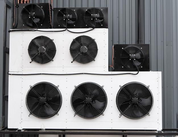 Nahaufnahme der wand gefüllt mit reihen von industriellen klimaanlagen hvac-klimaanlage