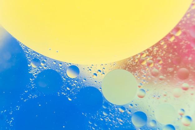 Nahaufnahme der wasserblasen, die auf schönen aquarellhintergrund schwimmen