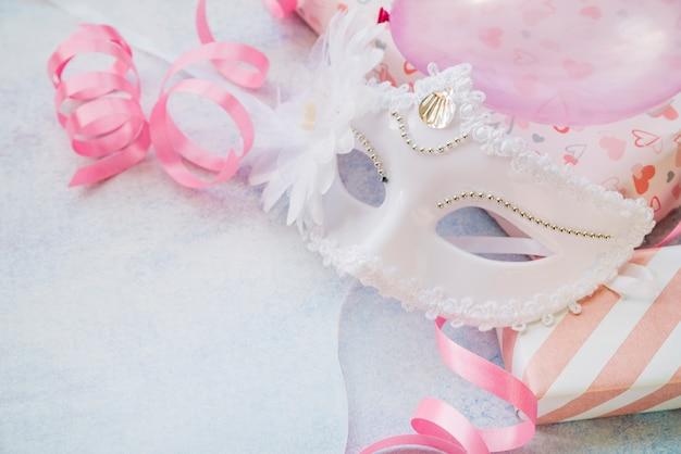 Nahaufnahme der weißen maske für karneval