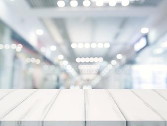 Nahaufnahme der weißen Tischplatte vor belichtetem bokeh Unschärfehintergrund