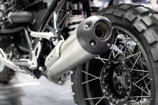 Nahaufnahme des abgases oder der aufnahme des schwarzen sportrennmotorrads mit neuem reifen