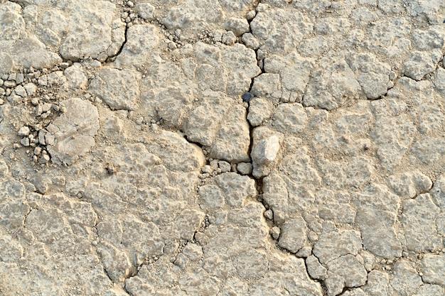Nahaufnahme des abstrakten rissbeige-steins. konzept der textur mit spalt in stein.