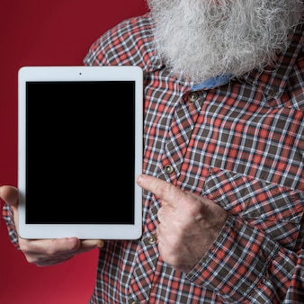 Nahaufnahme des älteren mannes finger auf digitaler tablette zeigend