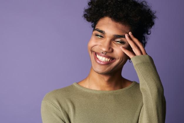 Nahaufnahme des afroamerikanischen männlichen lächelns mit afrofrisurporträt des hübschen transgender jungen mannes