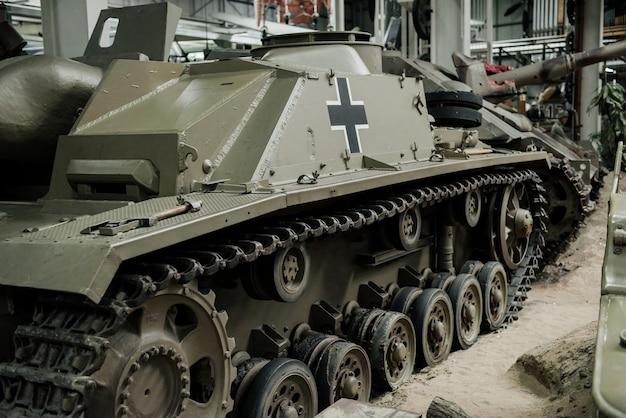 Nahaufnahme des alten tanks, der in der ausstellung drinnen steht