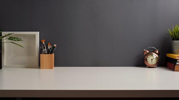 Nahaufnahme des arbeitsbereichs mit studiertisch mit kopierraum, briefpapier, büchern und dekorationen