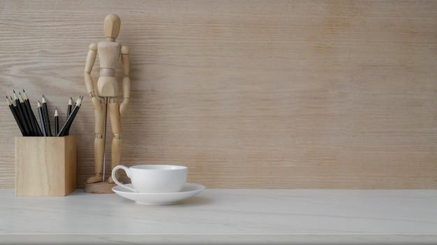 Nahaufnahme des arbeitsplatzes mit kopierraum, kaffeetasse und dekorationen auf marmortisch