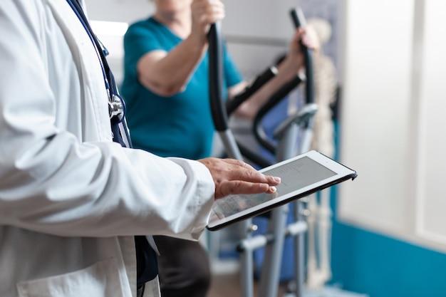 Nahaufnahme des arztes mit digitalem tablet mit touchscreen