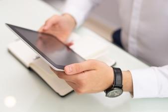 Nahaufnahme des aufpassenden Videos des Geschäftsmannes auf digitaler Tablette