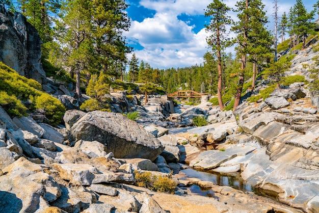 Nahaufnahme des ausgetrockneten yosemite-wasserfalls im malerischen yosemite-nationalpark