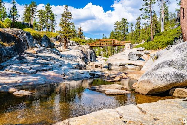 Nahaufnahme des ausgetrockneten yosemite-wasserfalls im yosemite-nationalpark