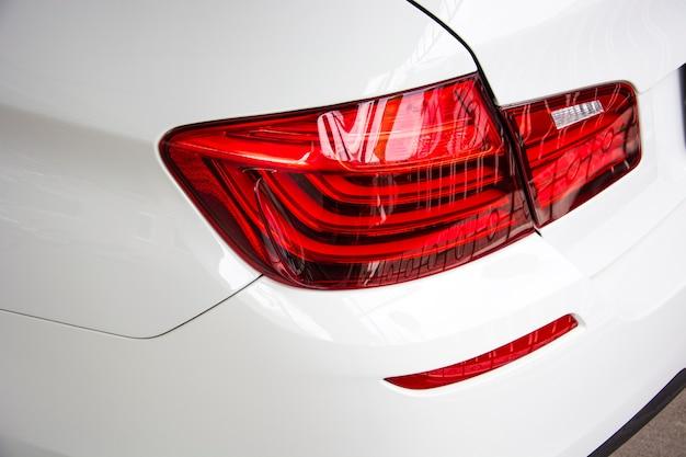 Nahaufnahme des auto-rücklichtes auf einem weißen auto.