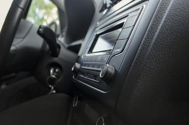 Nahaufnahme des autoinnenraums im armaturenbrett und des innenraums in einem auto
