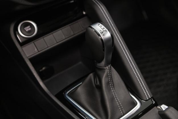 Nahaufnahme des automatikgetriebehebels. innenraum auto, schalthebel automatikgetriebe