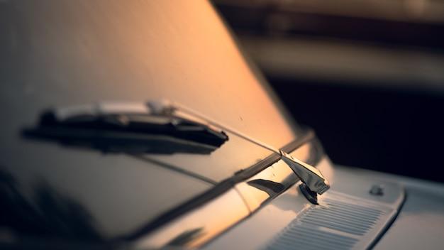 Nahaufnahme des autoscheibenwischers mit sonnenuntergangshintergrund