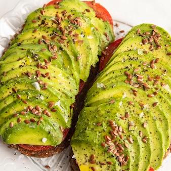 Nahaufnahme des avocado-toasts auf teller mit gewürzen