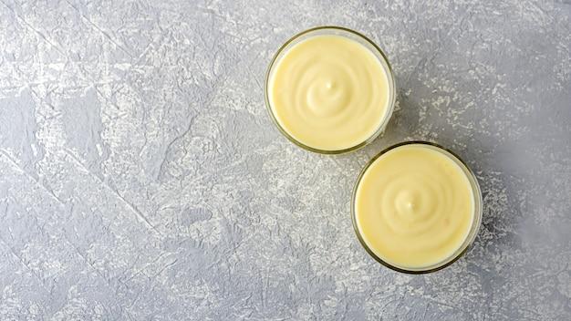 Nahaufnahme des bananenjoghurts in einem glas