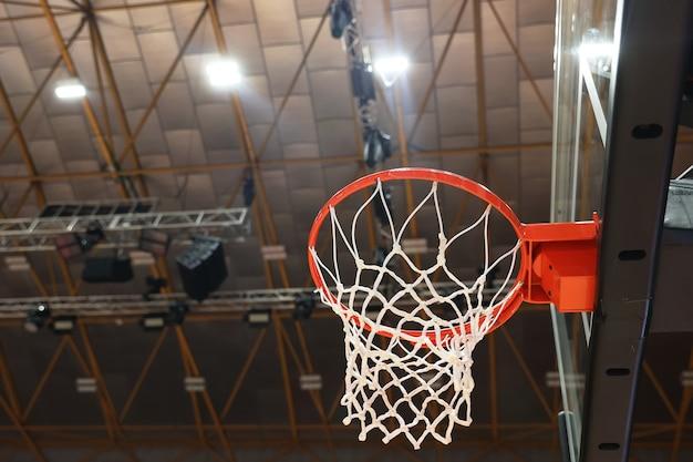 Nahaufnahme des basketballkorbs in der turnhalle. selektiver fokus in der mitte des fotos